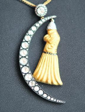فنانة تركية تحول لوحاتها مجوهرات