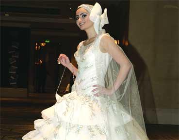 d61ec533f ربما كان فستان الزفاف القطعة الوحيدة التي يقتصر ارتداؤها على ساعات قليلة،  لتظل بعد ذلك حبيسة الأدراج لسنوات، لهذا اتجه العديد من العرائس اليوم إلى  استئجاره، ...